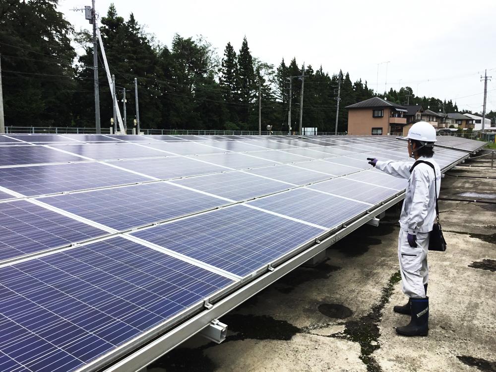太陽光発電の要となるソーラーパネルは、破損や架台に不備がないかなど、隅々まで入念に確認をします。